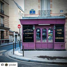 """#Repost @pixdar with @repostapp ・・・ Sur la #devanture donnant Cité Moynet, située sur la gauche, on peut lire : """" Cuisiner suppose une tête légère, un esprit généreux et un coeur large. Au début du siècle, ce vieux bougnat alimente les gens du quartier en charbon. Dans les années 1980 ce lieu se transforme en bistrot parisien. L'Alchimiste est celui qui transforme le plomb en or... """" #paris #parisgram #visitparis #parisinsolite #parisien #parisian #parisphoto #instaparis #parismaville…"""