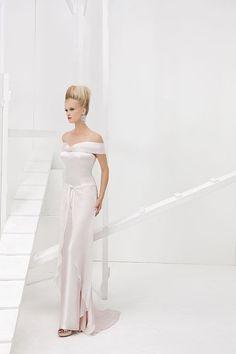 Collezione Vision 2014 - Elisabetta Polignano: abito che scivola lungo la figura con ampio scollo che lascia le spalle scoperte #wedding #weddingdress #weddinggown #abitodasposa