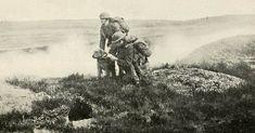 Des soldats envoient un message à l'aide d'un chien messager.