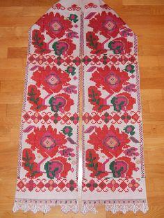 Croatia, Turopolje, svečani turopoljski ručnik izrađen tkanjem na tkalačkom stanu tehnikom prebora na dasku. Motiv je izrađen (prebran) vunom u više boja. Ručnik je najvjerojatnije iz sela Blato ili Remetinec (ili neko selo u bliskoj okolici). ZBIRKAGP