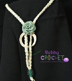 Collana realizzata a mano in filo di cotone bege e verde. Fiore centrale sostenuto da un anello e come punto luce una pietra verde a chiudere il tutto. La collana potrà essere personalizzata, secondo le vostre richieste, in tinte differenti.Come ogni mia creazione, è un modello esclusivo.