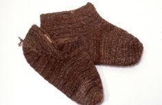 socks, 1893,  The National Museum of Finland,  nalbound socks ; sukat 1893 The National Museum of Finland Kinnasneulatekniikalla tehdyt sukat, joista toinen lyhytvartinen ja toinen varreton. Lanka ruskeaa ja vaaleaa sekaisin kehrättyä lankaa, jossa saantitietojen mukaan karhun villaa.