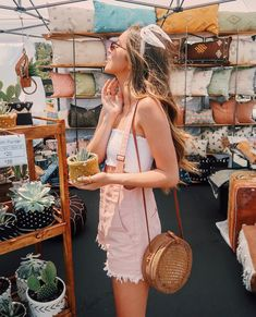 27 Summer Straw Handbags + Outfit Ideas This bag round up is devoted to straw Summer handbags and beach bags! Choose to dress these up while on vacation or opt for a street style! Summer Handbags, Straw Handbags, Summer Bags, Sierra Furtado Outfits, Skinny Jeans Negros, Spring Summer Fashion, Autumn Fashion, Mode Boho, Mini Vestidos