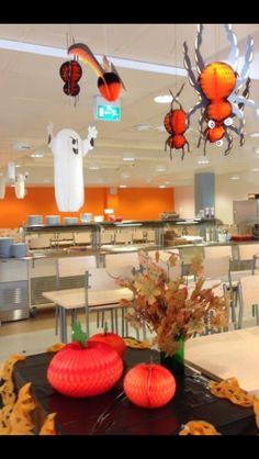 Halloweenpäivän koristelua Yhteiskoulun ruokasalissa.