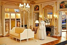 Couture: A dressmaker's dummy stands in an incredibly ornate fitting room. Dolls house by Susan Rogers and Kevin Mulvany Miniature Rooms, Miniature Houses, Miniature Furniture, Dollhouse Furniture, Miniture Dollhouse, Dollhouse Interiors, Dolls House Shop, Doll Houses, Muñeca Diy
