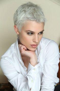 Se non vuoi perdere il giro con ciò che fa tendenza, non saltare questo taglio di capelli molto corto. Adatto quasi a tutte, rende il viso piu' luminoso e bello.