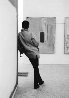 Sandra Lousada :: from a series of photographs taken at the Rothko exhibition in the Whitechapel galleries, London, 1961 Museum Photography, Chicago Photography, People Illustration, Monochrome Photography, Figure Drawing, Art World, Lovers Art, Art Museum, Art History