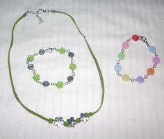 conjunto de flores  de antelina y abalorios  en tonos verdes y pulsera de flores multicolor