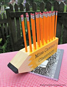Diy pencil shaped pencil holder teacher gift make this super simple giant wood pencil shaped pencil holder for all those teachers this fall. 4x4 Wood Crafts, Diy Wood Projects, Projects For Kids, Woodworking Projects, Sewing Projects, Crafts For Kids, Project Ideas, Sketchup Woodworking, Woodworking Basics
