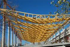 Piscina Municipal en Soto Mayor, Madrid. La estructura de la cubierta está formada por nueve vigas de madera laminada que apoyan sobre los pilares de hormigón
