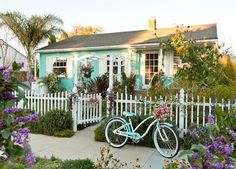 love! such a cute cottage.Especially the color of the house. I'm in love with aqua.