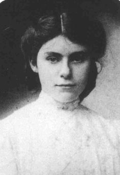 Edith Tolkien - the lady that inspired Luthien and Arwen and was the love of Tolkien's life. La femme qui a inspiré Luthien et Arwen chez Tolkien : Edith, l'amour de sa vie. Edith Tolkien, Jrr Tolkien, Tolkien Books, Midle Earth, Tolkien Quotes, Luthien, Into The West, High Fantasy, Fantasy Books