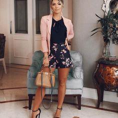 Look feminino é romântico para quem estava com saudades deles por aqui! Shorts com estampa floral mais lindo, combinando com o blazer! Adoro o mix de marinho e rosa look todo @linnyoficial ✨ gostaram?? #mamacastilho #looksdamama