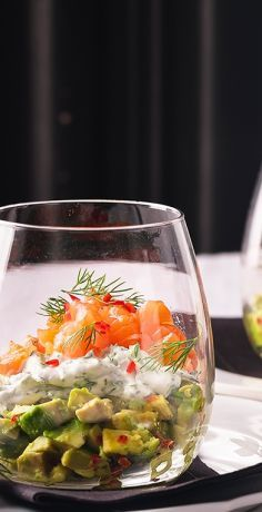 Lachs-Avocado-Tartar im Glas Salmon avocado tartare in a glass recipe – REWE.de www. Yummy Snacks, Healthy Snacks, Healthy Eating, Salmon Avocado, Salmon Tartare, Avocado Salat, Avocado Toast, Easy Diets, Gourmet