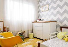 Quartinho do Benjamim com @amomooui que saiu na Revista Casa Claudia. Novas estampas marcam presença nesse ambiente com tons claros, roupa de cama P&B e toques de amarelo que fazem toda a diferença! Simplesmente lindo. By Mom Rocks Brasil #quartomoderno #clean #decor #kidsroom #geometrico