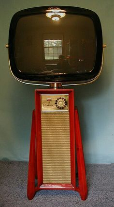 Love at first sight. Omg look at this! So very spaceage retro! Tv Vintage, Vintage Items, Radios, Mid Century Style, Mid Century Modern Design, Tvs, Radio E Tv, Mid-century Modern, Danish Modern
