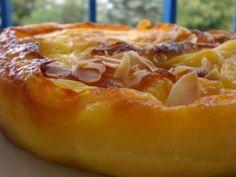 Coupez les abricots Faites fondre le beurre dans une poêle et quand il est de couleur dorée, faites revenir les abricots pendant 10 minutes à feu moyen. Versez dans une terrine 150 g de sucre, la farine, la crème fraîche, les d'œufs, la poudre d -...