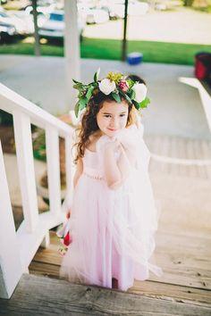 Las coronas de flores naturales son una gran opción para añadirle un toque bohemio y mágico a las pajecitas