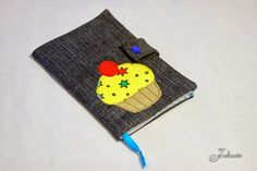 Motivationsheft aus Jeans und Stoffrest / Notebook cover made of jeans and fabric scraps Fabric Scraps, Projects To Try, Coin Purse, Fur, Purses, Wallet, Cupcake, Notebook, Jeans