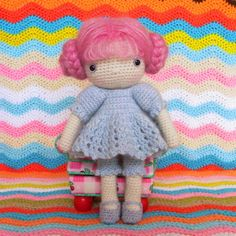 "Une robe pour ""Ma poupée au crochet"" d'Isabelle Kessdjian (explications). Free pattern for a dress for ""My crochet doll""."