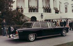 John F. Kennedy fue asesinado el 22 de noviembre de 1963, mientras desfilaba junto a su comitiva por las calles de Dallas, en el asiento trasero de un Lincoln SS-100-x.