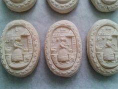 Parece ser que el origen de estas galletas proviene de la provincia alemana de Suavia en el siglo XIV ó XV. Existe la teoria de que el nombr...