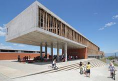 Em um terreno localizado na fronteira sul de Pereira, na cordilheira central da Colômbia está localizada esta escola. Este edifício principal faz um ziguezague para se acomodar no terreno, de modo a proteger o interior da escola. #escola #arquitetura #architecture
