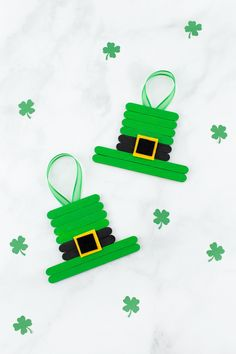 Inside: This unique and easy Leprechaun Hat craft, created from popsicle sticks, paint, and felt, is perfect for celebrating St. Patrick's Day with kids! Patrick's Day is just around the corner! Popsicle Stick Crafts For Kids, Crafts For Kids To Make, Craft Stick Crafts, Popsicle Sticks, Kids Crafts, Craft Ideas, Preschool Crafts, St Patricks Day Crafts For Kids, St Patrick's Day Crafts