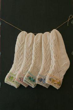 Sticka sockor – steg för steg – Fitt F Knitting Charts, Knitting Socks, Hand Knitting, Knitting Patterns, Crochet Patterns, Knit Socks, Laine Rowan, Lace Socks, Floral Socks