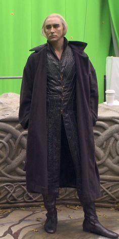 Lee Pace as Thranduil, behind the scenes of The Hobbit. The Hobbit Thranduil, Lee Pace Thranduil, O Hobbit, Jrr Tolkien, Elven Costume, Mirkwood Elves, Elf King, The Hobbit Movies, Middle Earth