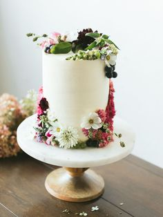 As Autumn Turns to Winter: Minimal Wedding Inspiration LOVE THIS 💘 simple white wedding cake with boho fresh flowers Floral Wedding Cakes, Wedding Cakes With Flowers, Cool Wedding Cakes, Floral Cake, Wedding Card, Bride And Groom Cake Toppers, Wedding Cake Toppers, Minimal Wedding, Trendy Wedding
