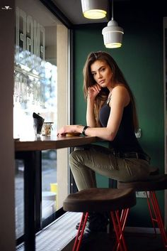 New photography coffee shop lights ideas Portrait Photography Poses, Photo Portrait, Photography Poses Women, Girl Photo Poses, Girl Poses, Lifestyle Photography, Fashion Photography, Beauty Photography, Food Photography