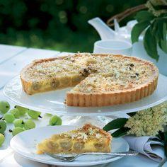 Stikkelsbær har en fantastisk smag, og i denne tærte kombineres de syrlige bær med en lækker, bagt hyldeblomstcreme. Det er smagen af sommer!