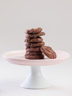 Najlepsze ciastka czekoladowe na świecie. Naprawdę. Z trzema rodzajami czekolady belgijskiej: ciemnej, mlecznej i białej. Z rodzynkami i brązowym cukrem. Uzależniające (zostaliście ostrzeżeni!)