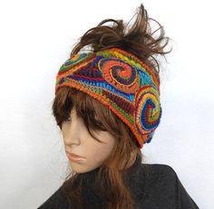 Poncho Crochet, Crochet Santa Hat, Crochet Beanie Pattern, Crochet Motifs, Freeform Crochet, Love Crochet, Crochet Hats, Bandeau Torsadé, Rainbow Headband