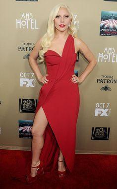 Chaud devant ! de Fashion Police  Lady Gaga est sensuelle et radieuse en rouge dans sa robe Brandon Maxwell qu'elle porte avec des escarpins Brian Atwood assortis. Go, Gaga !