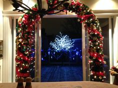 Dans mon établissement du Couette & Café À la Québécoise.  Décor sur le patio avec l'arbre illuminé et les lumières sur les rampes.  Et l'arche à l'intérieur.  C'est chaleureux.  C'est chez nous. Chateau Frontenac, Le Petit Champlain, Decoration, Christmas Tree, Diy, Holiday Decor, Bertrand, Home Decor, Quebec Winter Carnival