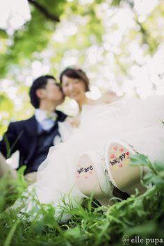 シューズの裏に文字を書くのが流行しています! Wedding Photoshoot, Wedding Shoot, Wedding Engagement, Engagement Photos, Wedding In The Woods, Forest Wedding, Dream Wedding, Wedding Photography Poses, Romantic Weddings