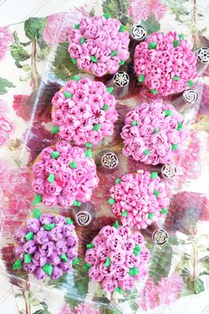 Have you ever wondered what Russian decorating tips are, and how to use them? These special tips are SO easy to use and make the prettiest frosting flowers! Russian Cake Tips, Russian Piping Tips, Russian Cakes, Russian Cake Decorating, Cake Decorating Tools, Cookie Decorating, Cake Icing, Eat Cake, Cupcake Cakes