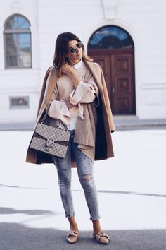 Streetstyle Trends: ripped Jeans, Layering, Kamelhaarmantel und Gucci Dionysus