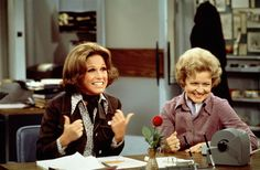 Actress Mary Tyler Moore helped redefine women's roles on TV. She starred in one of the first hit shows to feature a single career woman — The Mary Tyler Moore Show. Moore died Wednesday at age Betty White, Mary Tyler Moore Show, Best Tv Shows, Favorite Tv Shows, Boyfriend Sleeping, Roseanne Barr, Laugh Track, Picture Story, Golden Girls
