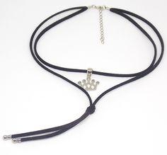 Gargantilha/cordão de camurça sintética dupla na cor preta, com pingente em metal prateado com strass (cristal) cinza, em formato de coroa.  Altura x largura do pingente: 1,6 x 2 cm  Comprimento: 36 cm (+5 cm de alongador)    É POSSÍVEL AUMENTAR OU DIMINUIR O TAMANHO DO CORDÃO. MANDAR MENSAGEM IM...
