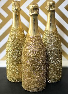 Gold DIYs to Make for Your Oscars Party Love these sparkly champagne bottles for a glam Hollywood party or awards show viewing!Love these sparkly champagne bottles for a glam Hollywood party or awards show viewing! Glitter Champagne Bottles, Champagne Party, Champagne Birthday, Champaign Bottle, Champagne Toast, Champagne Glasses, Diy Party Planner, Wedding Planner, Deco Cinema