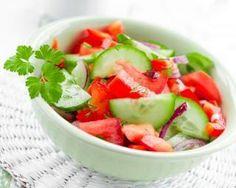 Assiette de concombre, tomates et pétales de rose minceur : http://www.fourchette-et-bikini.fr/recettes/recettes-minceur/assiette-de-concombre-tomates-et-ptales-de-rose-minceur.html