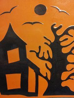Halloween bilde  Laget av to fargede papp/kartong, organge/svart. Klipp først ut hus, tre, måne og fugler, limes så på kartongen.