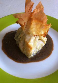 Saquito de pasta filo de verduras y gambas con crema de marisco con su tinta