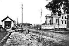 Rua da Lyberdade: à esquerda, a estação dos bondes de mulas; à direita, o prédio da Assembleia em fase de acabamento; e a Estação Ferroviária, ainda baixa, ao fundo. Foto de 1893 (Crédito: Acervo Cid Destefani)