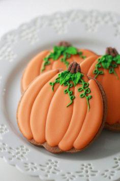 Decorated Pumpkin Cookies _ Sweetopia Video tutorial on how to decorate pumpkin cookies with royal icing Pumpkin Sugar Cookies Decorated, Iced Pumpkin Cookies, Halloween Cookies Decorated, Halloween Sugar Cookies, Pumpkin Spice, Halloween Baking, Halloween Desserts, Halloween Treats, Fall Halloween