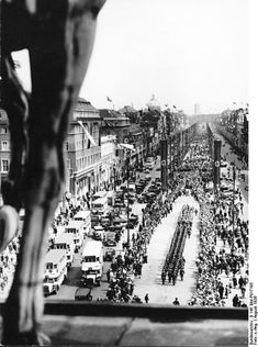 Olympiade.. Wache marschiert.. Unter den Linden