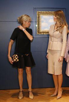 Questa foto racconta meglio di qualunque altra la differenza di stile fra Melania e Brigitte
